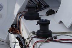 Detalles de los tornos y de las cuerdas en corredor del barco de navegación, concepto del canotaje fotos de archivo