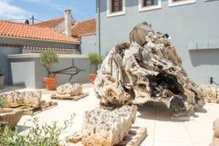 Detalles de madera en el cuadrado del pueblo de Fiskardo, isla de Kefalonia, Grecia Imágenes de archivo libres de regalías