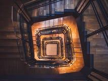 Detalles de madera de la arquitectura de la decoración interior del suelo de baldosas de la escalera espiral foto de archivo libre de regalías