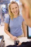 Detalles de seguridad de la mujer que entran para la PU de la tarjeta de crédito Imágenes de archivo libres de regalías