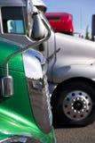 Detalles de semi-camiones en estacionamiento de la parada de camiones Imagen de archivo libre de regalías