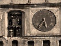Detalles de un reloj y de las estatuillas Imagen de archivo