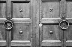 Detalles de una puerta italiana antigua Fotos de archivo libres de regalías
