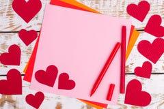 Detalles de una tarjeta de felicitación con los corazones Imagen de archivo