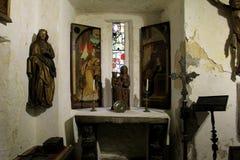 Detalles de viejas reliquias en la exhibición, castillo de Bunratty, una casa del siglo XV grande de la torre en el condado Clare Foto de archivo