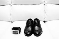 Detalles de Wedd Accesorios del novio Zapatos y correa Imagen de archivo libre de regalías