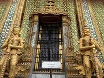 Detalles del architeture en Wat Phra Kaew adentro imagenes de archivo