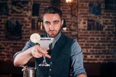 Detalles del cóctel - la porción del camarero bebe y las bebidas alcohólicas frescas en la barra Foto de archivo libre de regalías