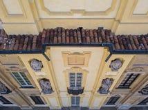Detalles del chalet de Arconati, de las ventanas de la estatua y de los balcones Chalet Arconati, Castellazzo, Bollate, Milán, It Fotografía de archivo libre de regalías
