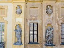 Detalles del chalet de Arconati, de las ventanas de la estatua y de los balcones Chalet Arconati, Castellazzo, Bollate, Milán, It Imagen de archivo libre de regalías