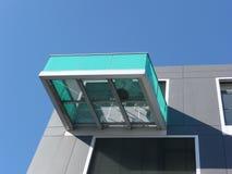 Detalles del edificio del cubo vistos de debajo con el balcón Fotos de archivo libres de regalías