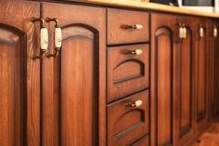 Detalles del interior de los muebles de la cocina de madera sólida Foto de archivo libre de regalías