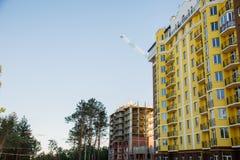 Detalles del nuevo edificio de varios pisos colorido construido foto de archivo