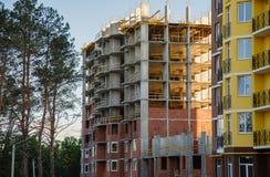 Detalles del nuevo edificio de varios pisos colorido construido fotos de archivo