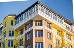 Detalles del nuevo edificio de varios pisos colorido construido foto de archivo libre de regalías