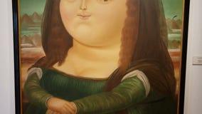 Detalles del primer de la pintura acrílica surrealista de Mona Lisa de Botero almacen de metraje de vídeo