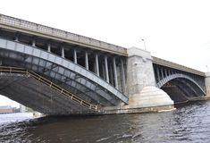 Detalles del puente de Boston Longfellow sobre el río Charles en el estado de Massachusettes de los E.E.U.U. foto de archivo