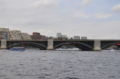 Detalles del puente de Longfellow sobre el río Charles de Boston en el estado de Massachusettes de los E.E.U.U. foto de archivo