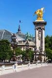 Detalles del puente de Pont Alejandro III y Palais magnífico París, Fra Fotos de archivo
