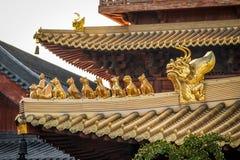 Detalles del tejado en Jing An Tranquility Temple - Shangai budistas, China Fotos de archivo