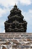 Detalles del templo hindú la India con agua que fluye de los pasos Imagenes de archivo