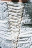 Detalles del vestido y de los accesorios de boda de la novia Imágenes de archivo libres de regalías