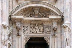 Detalles en la entrada de la catedral del Duomo Imagen de archivo