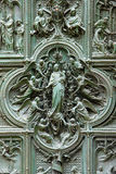 Detalles en la puerta de la catedral del Duomo Imágenes de archivo libres de regalías