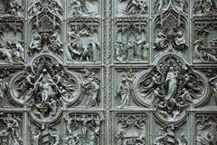 Detalles en la puerta de la catedral del Duomo Imagen de archivo libre de regalías
