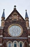 Detalles en una fachada local de la iglesia imagenes de archivo