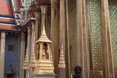Detalles exteriores adornados con las columnas y las estatuas fotos de archivo libres de regalías