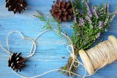 Detalles florales en fondo de madera azul Fotografía de archivo libre de regalías