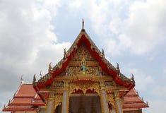 Detalles hermosos de la pagoda en el templo de Chalong con el fondo del cielo nublado Imágenes de archivo libres de regalías