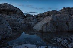 Detalles hermosos de rocas y de piedras en el mar adriático en Croacia Europa Foto de archivo