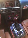 Detalles interiores del coche de Uxury Tablero de instrumentos y volante fotos de archivo libres de regalías