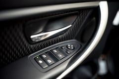 Detalles interiores del coche del tirador de puerta, de los controles de las ventanas y de los ajustes Controles y detalles de la Imagen de archivo libre de regalías