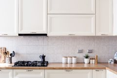 Detalles interiores del diseño de la cocina - gabinetes modernos y muebles de madera imagen de archivo libre de regalías