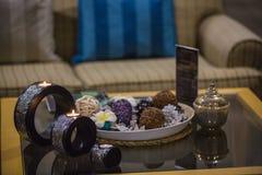 Detalles interiores tailandeses del balneario, velas en la tabla y caldera con té imagen de archivo libre de regalías