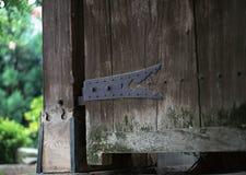 Detalles metálicos aherrumbrados japonés de la carpintería de la puerta con el fondo de los tornillos foto de archivo