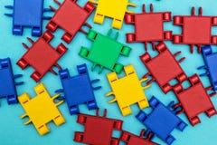 Detalles multicolores de un constructor en fondo azul imagenes de archivo