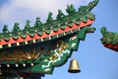Detalles orientales del tejado del templo chino Fotografía de archivo