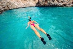Detalles que bucean, mujer que mira el arrecife de coral en la isla tropical Foto de archivo