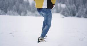 Detalles que funcionan con al turista en el paisaje asombroso, ?l ropa colorida que lleva para el invierno, corriendo a trav?s de almacen de video