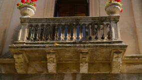 Detalles que sorprenden de Taorina acogedor popular adornar las casas, calle soleada de Sicilia metrajes