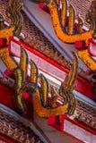 Detalles tailandeses tradicionales del tejado del templo Imagenes de archivo