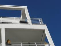 Detalles y balcón del edificio del cubo vistos de debajo Fotos de archivo