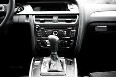 Detalles y elementos interiores del coche moderno, transmisión automática Fotos de archivo