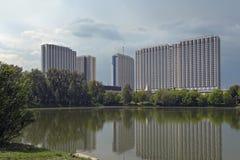 Detbyggnad Izmailovo hotellet som lokaliseras i det Izmaylovo området av Moskva, Ryssland arkivfoto