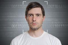 Detección de la cara y reconocimiento del hombre Concepto de la visión de ordenador Código binario en fondo foto de archivo libre de regalías