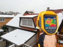 Detectando a perda de calor fora da construção imagens de stock